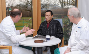 حسنى مبارك فى المستشفى الالمانى مع الاطباء