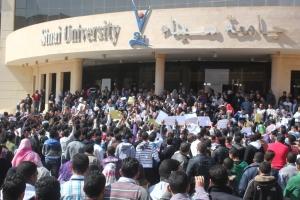 1500 طالب يتظاهرون ضد الادارة والمصاريف الباهضة فى جامعة سيناء الخاصة