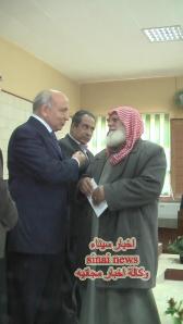 والد الشهيد عبد الرحمن مصطفى عيد مع محافظ شمال سيناء