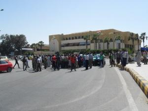 محتجين امام ديوان عام محافظة شمال سيناء